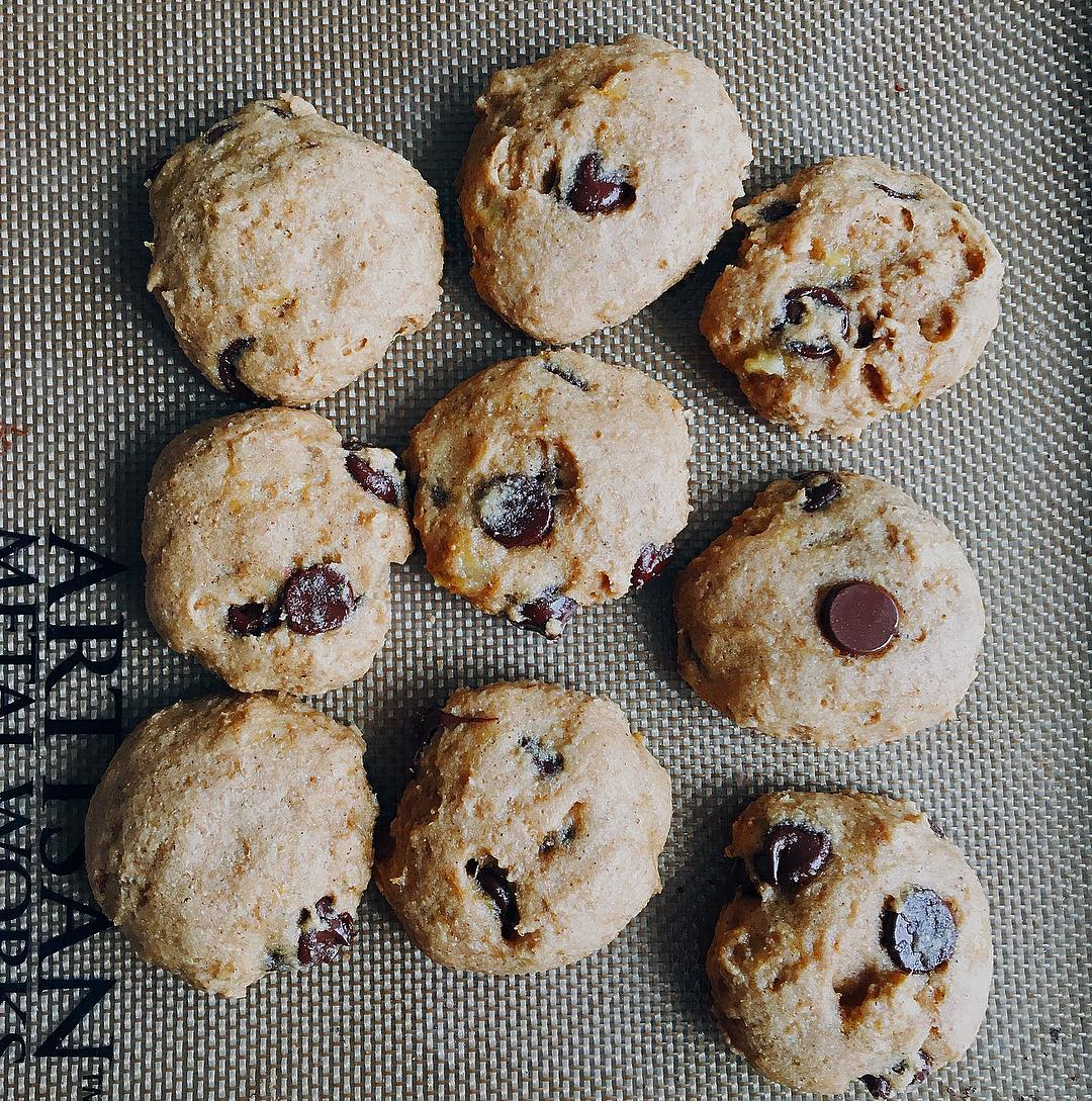 healthy banana chocolate chip cookies by @marina.dilo