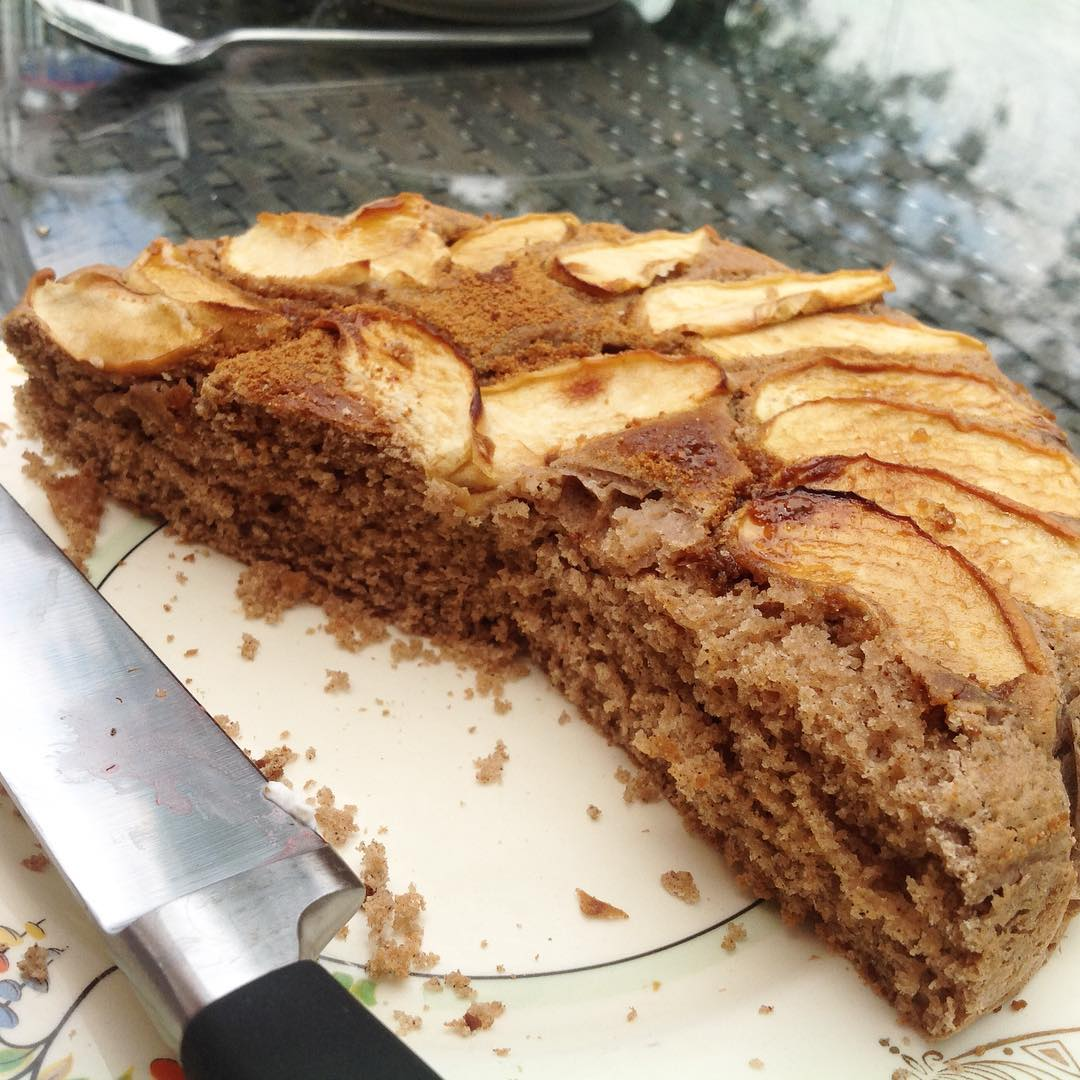 simple cinnamon apple cake by @vicholls