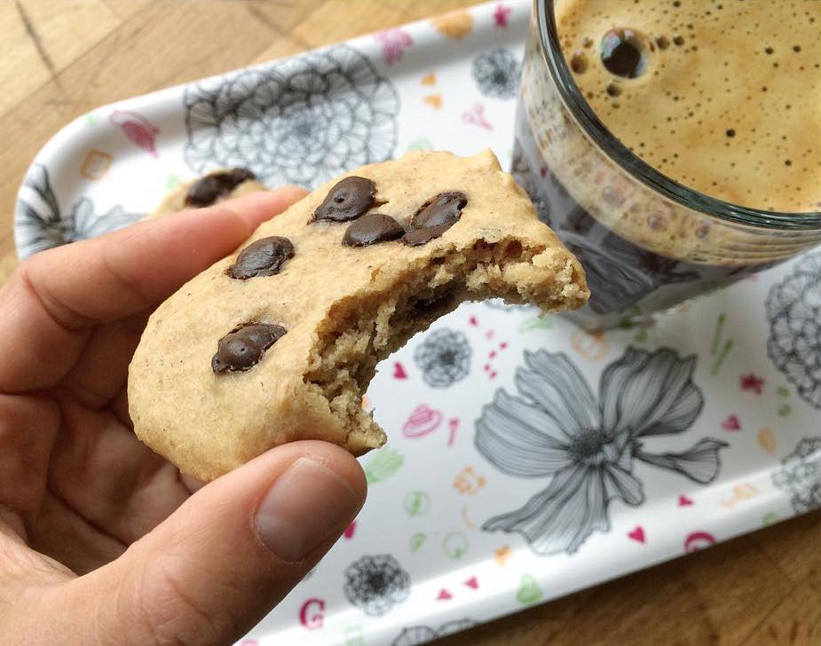 healthy banana chocolate chip cookies by @hanneaunedesign