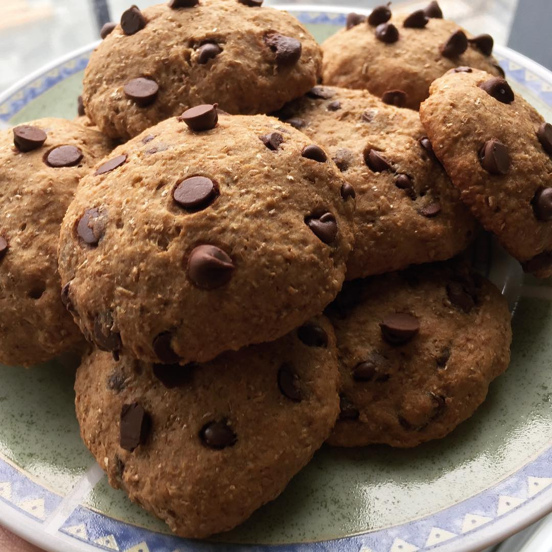 healthy banana chocolate chip cookies by @torontofoodcouple