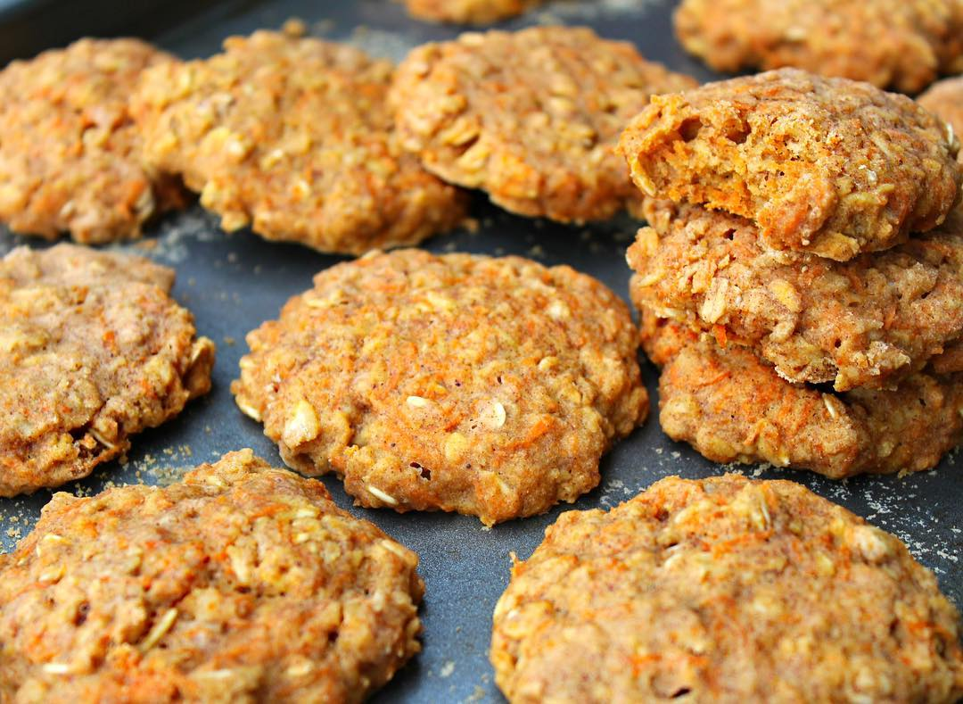 healthy carrot cake oatmeal breakfast cookies by @baileysplate