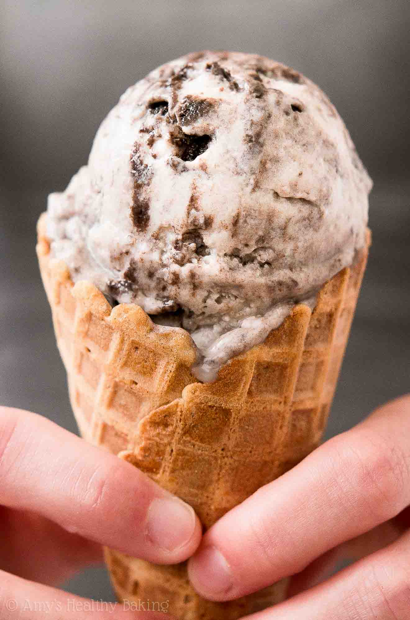 {HEALTHY!} Cookies 'n Cream Ice Cream -- only 86 calories! Full of Oreo pieces & absolutely irresistible! You NEED to try this easy recipe!