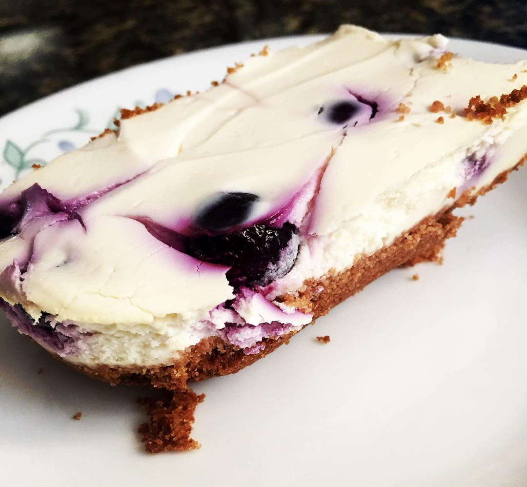 healthy blueberry cheesecake bars by @aeneafay