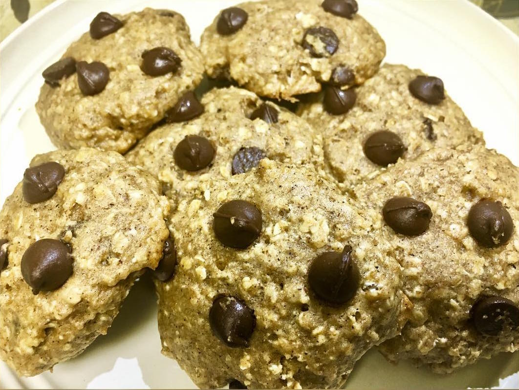 chocolate chip peanut butter oatmeal cookies by @beyogaph