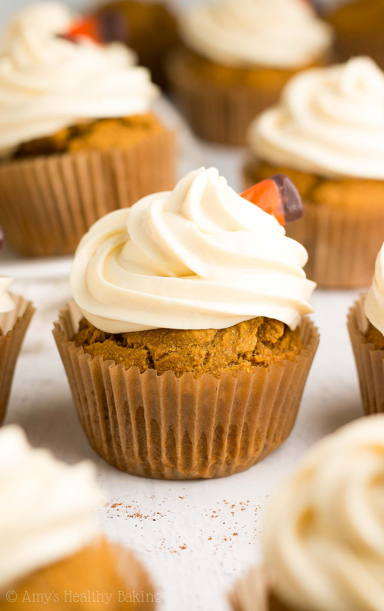 {HEALTHY!} Pumpkin Cupcakes -- only 123 calories, including the sweet cream cheese frosting! They taste AMAZING! Lots of cozy spices & sweet pumpkin flavor... And SO easy to make too! #recipe
