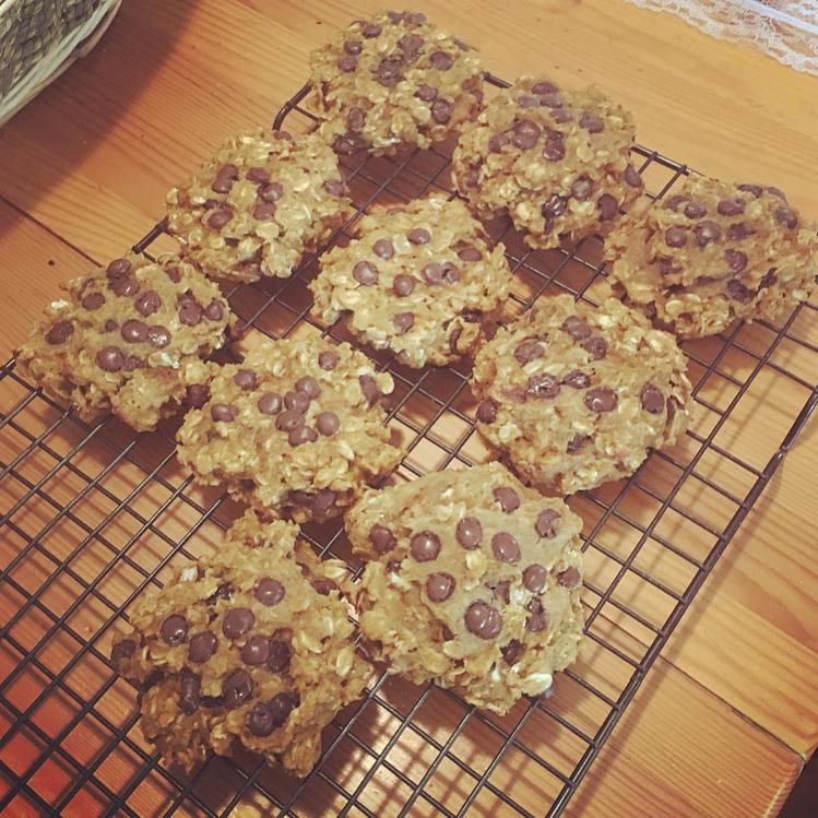 pumpkin pie chocolate chip oatmeal cookies by @horrowshowflick