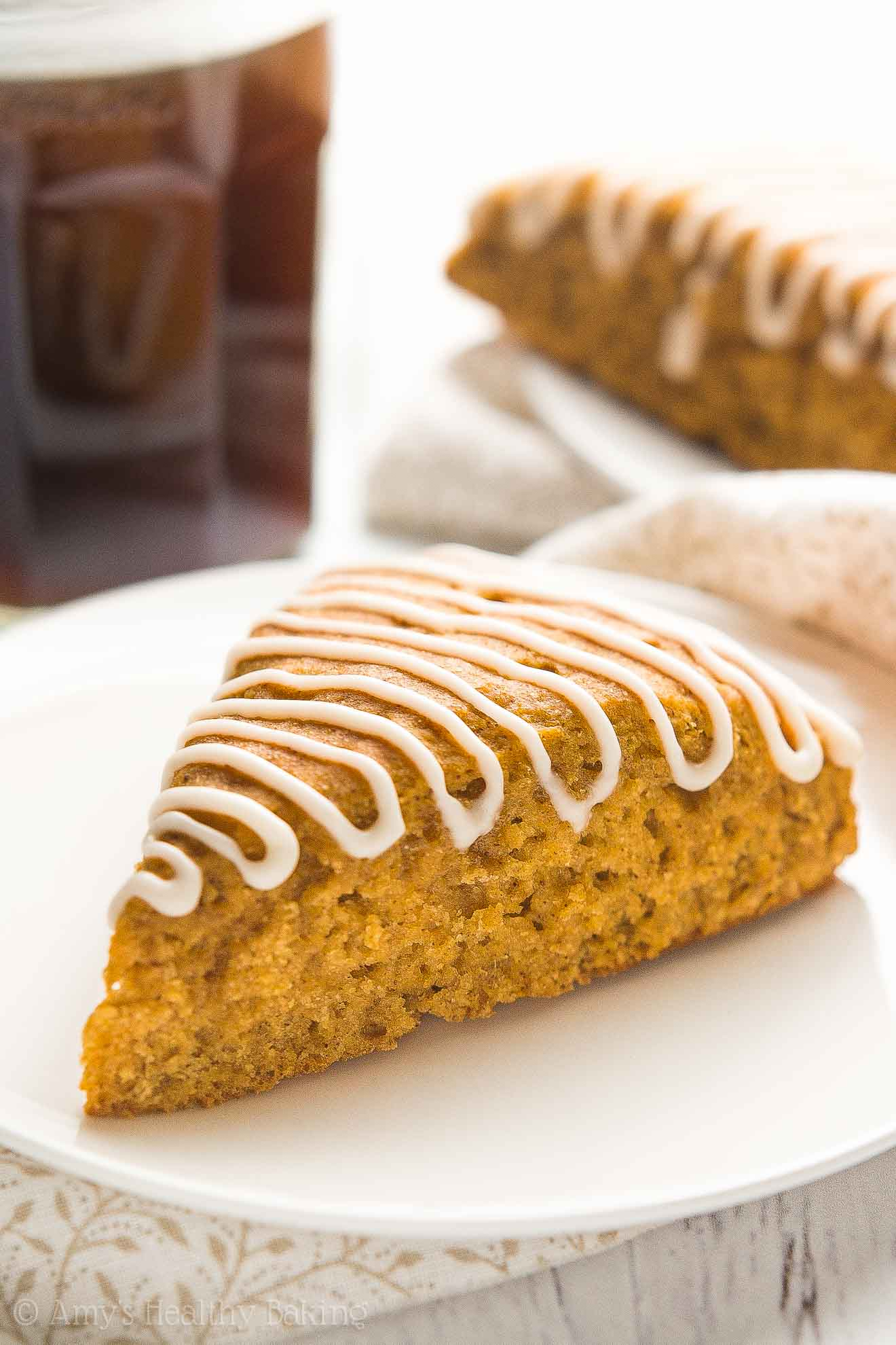 {HEALTHY!} Pumpkin Spice Latte Scones -- only 130 calories & ready in 30 minutes! They taste just like a Starbucks PSL! SO GOOD!! #recipe