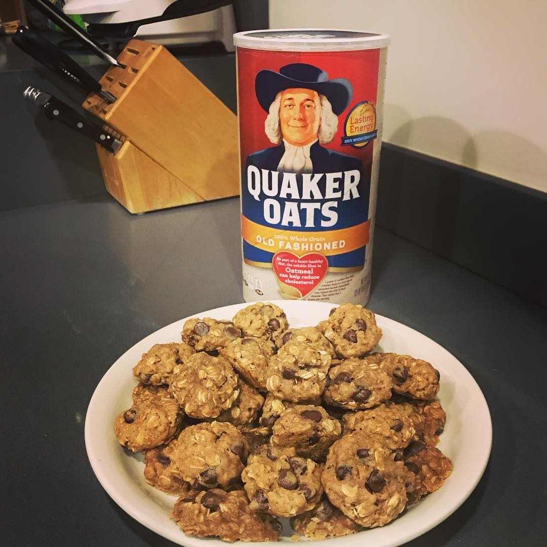 chocolate chip oatmeal cookies by @paigediaz