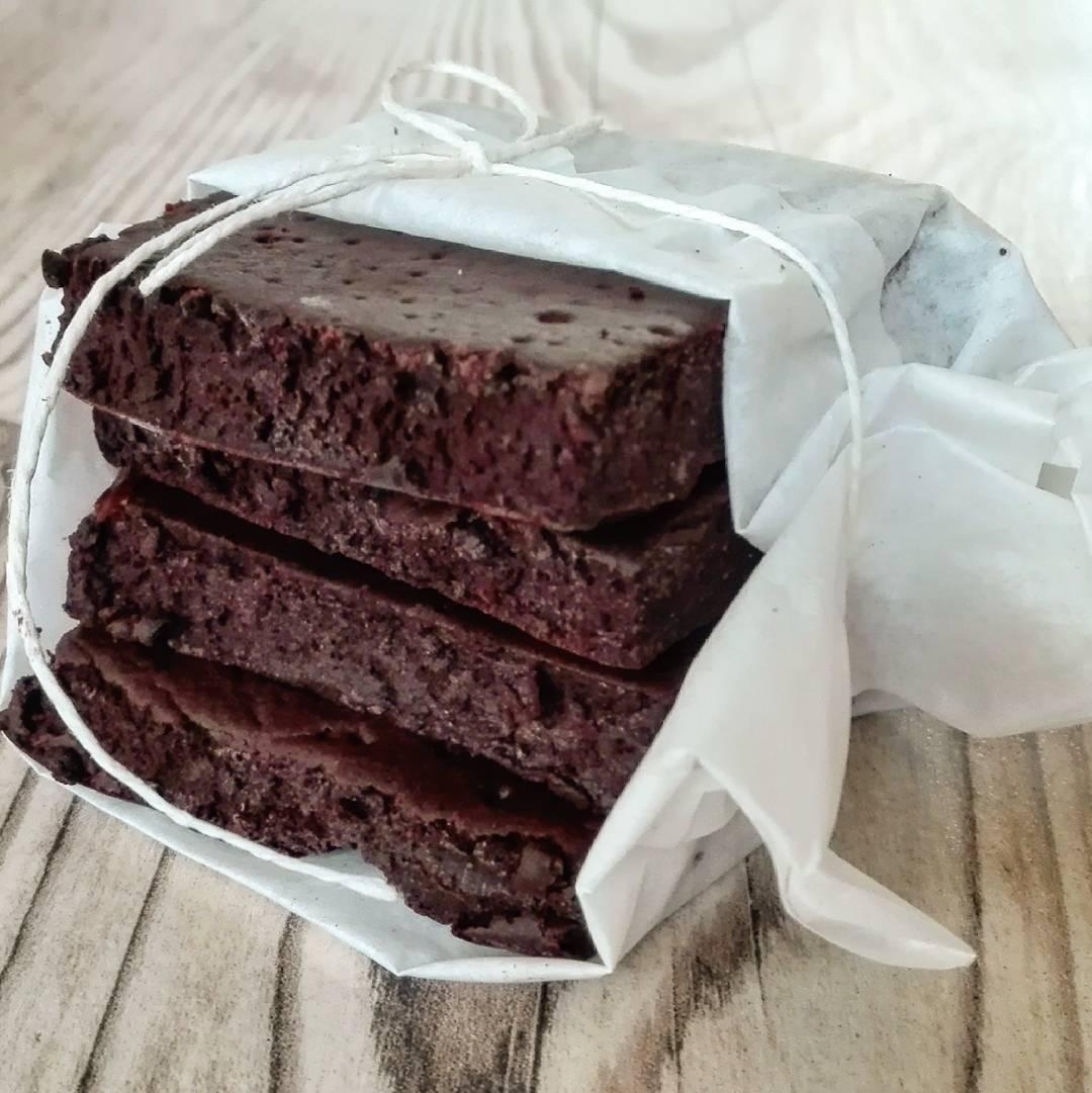 healthy one-bowl fudgy dark chocolate brownies by @werkelwuetig
