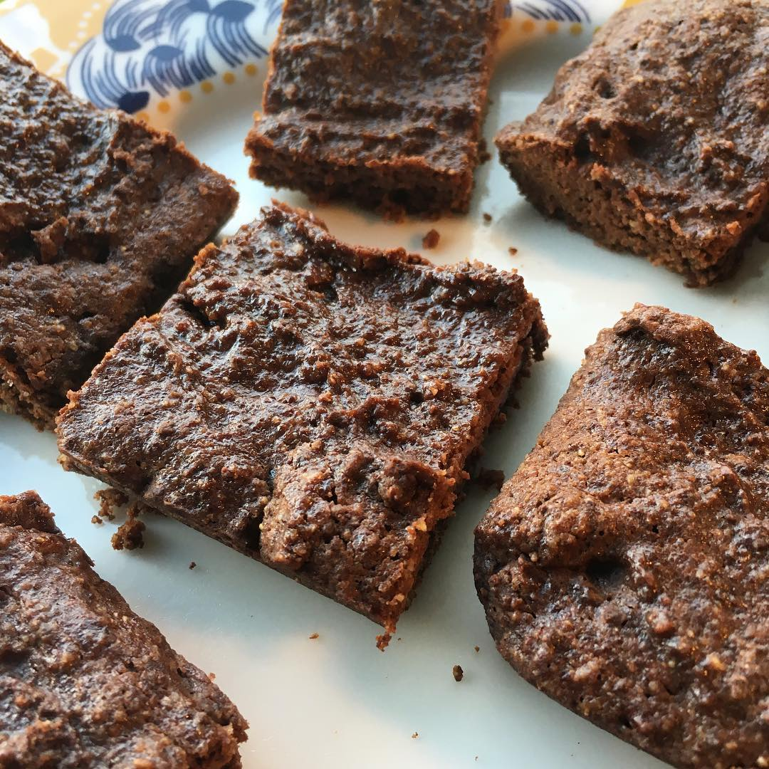 healthy one-bowl fudgy dark chocolate brownies by @savdoesbalance