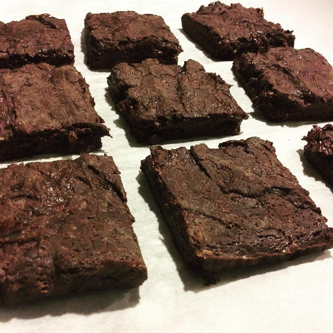 healthy one-bowl fudgy dark chocolate brownies by @vanessappurcell