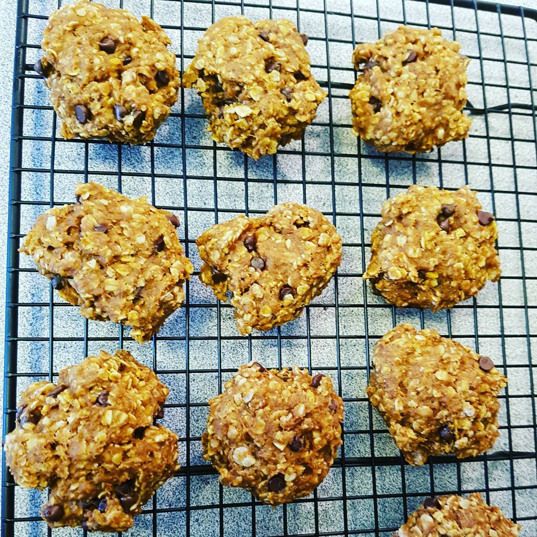 pumpkin pie chocolate chip oatmeal cookies by @momcafeontario