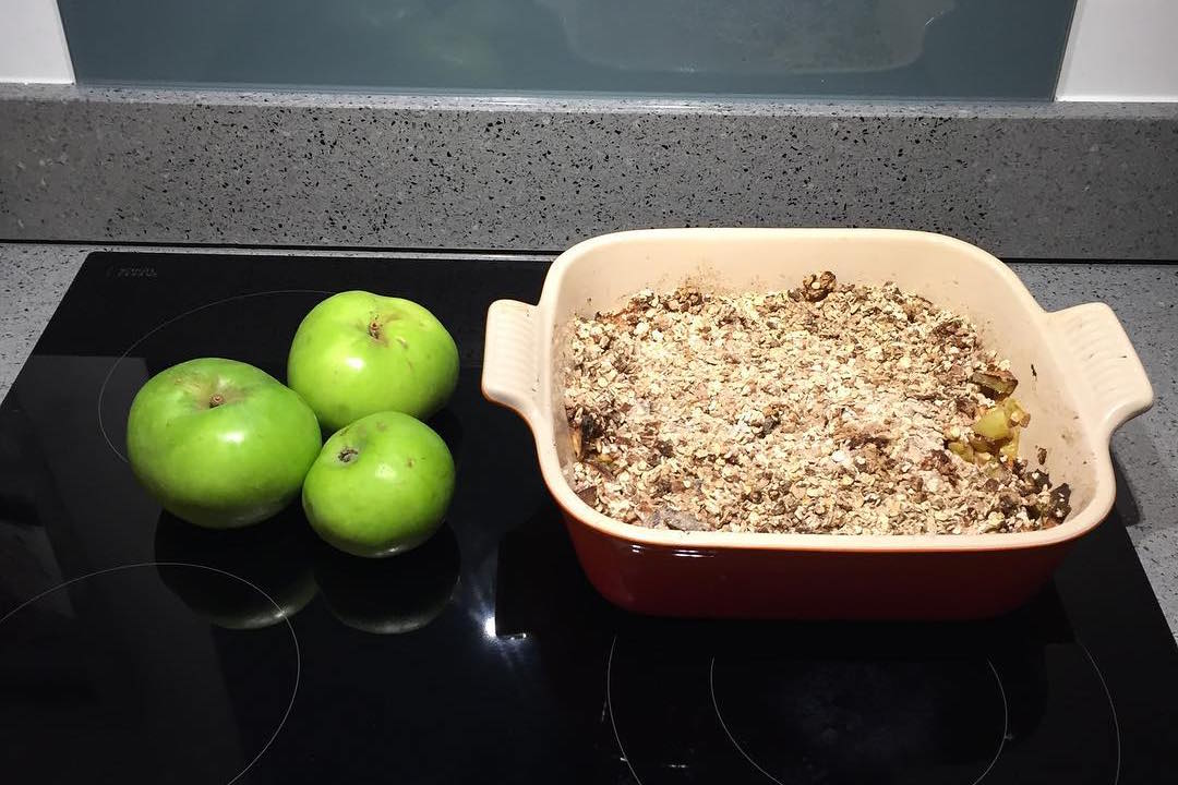 the ultimate healthy apple crumble by @glamorouskimchi