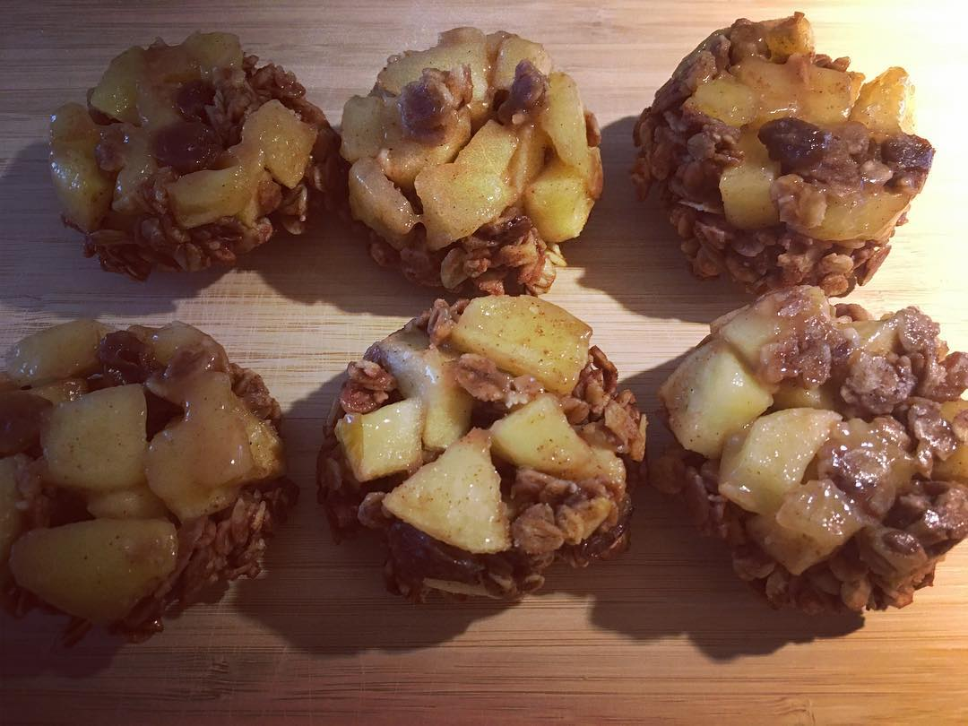 the ultimate healthy apple crumble {in muffin cups!} by @holist_ik