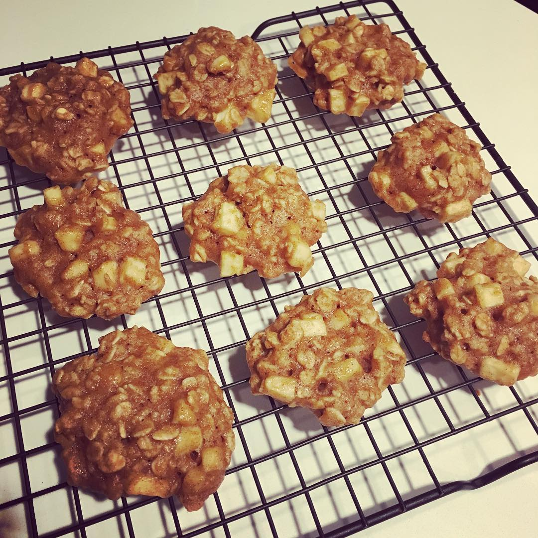 healthy apple pie oatmeal cookies by @abeebakes