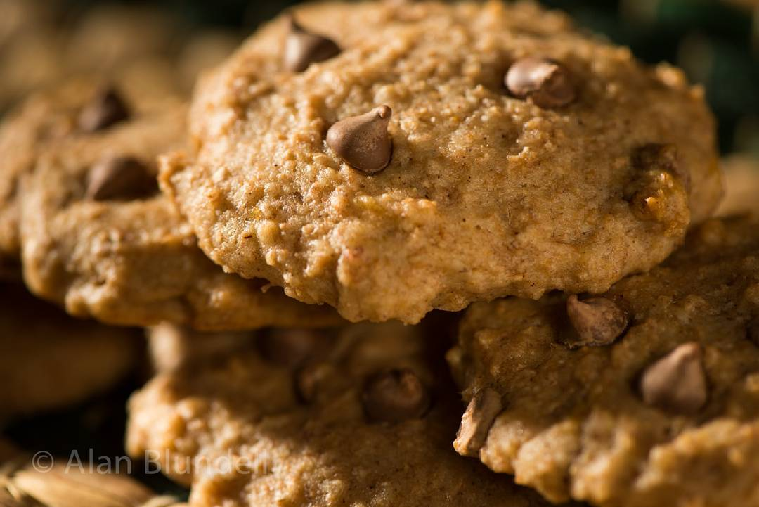 healthy chai spice chocolate chip oatmeal cookies by @lisabluofficial