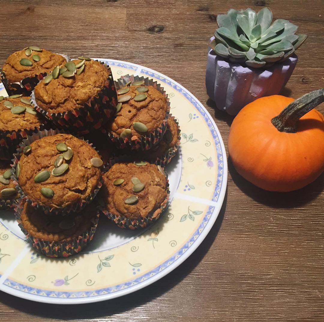 healthy chocolate chip pumpkin bread {as muffins instead!} by @gibsfitnessjourney