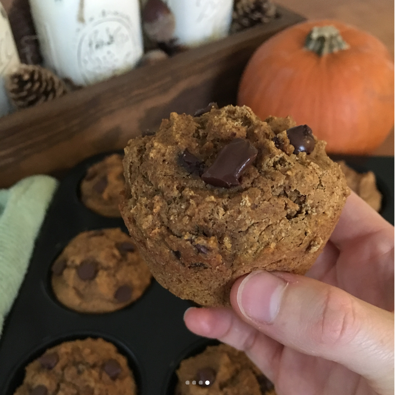 healthy chocolate chip pumpkin mini muffins {as full-sized!} by @smalltownfoodnfun