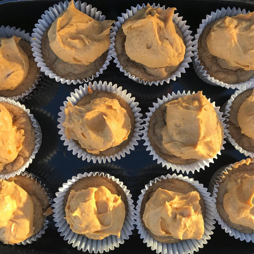 healthy maple cupcakes with pumpkin pie frosting by @fitgirl.chloe
