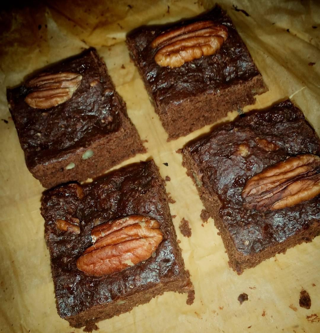 healthy one-bowl fudgy dark chocolate brownies by @cherinesbusyoven