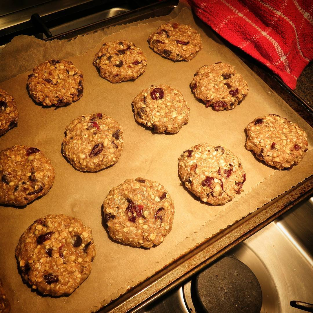 healthy dark chocolate cranberry oatmeal cookies by @alsfitkitchen