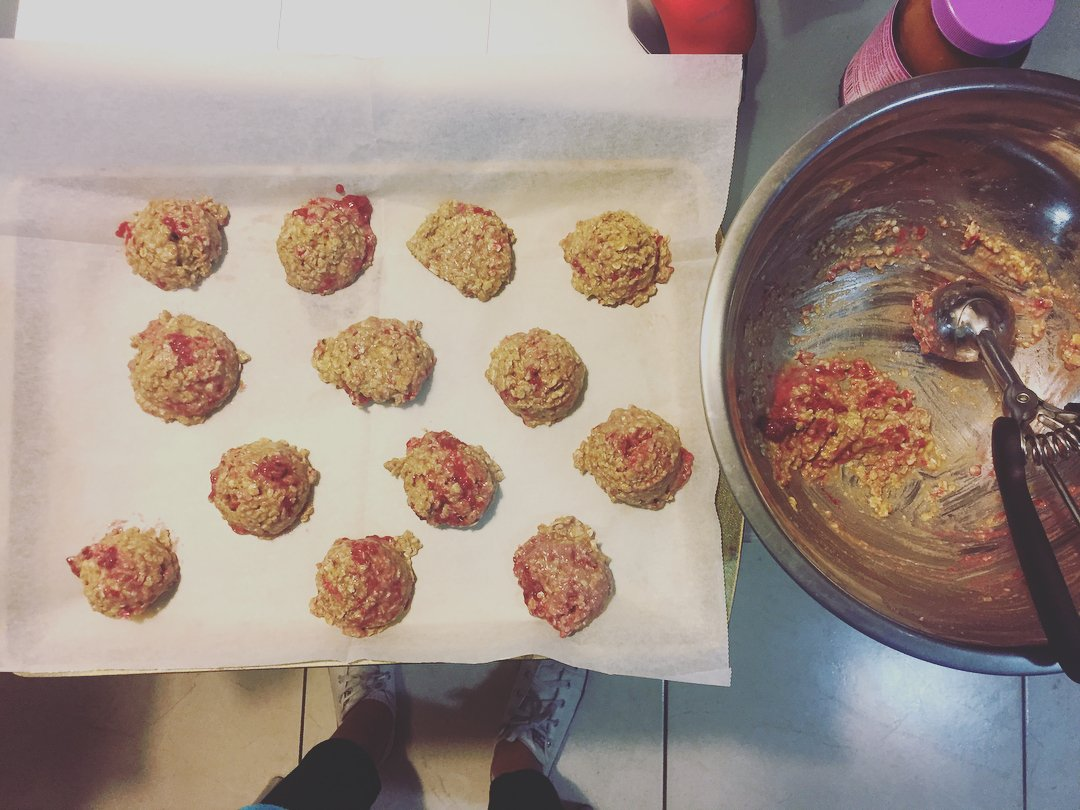 healthy raspberry oatmeal cookies by @twobrokegirlsandasmoothie