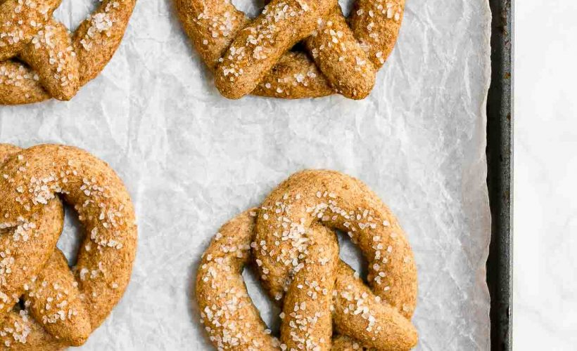 Heathy Mini Soft Pretzels -- only 50 calories! They have NO butter, refined flour or sugar. But they're just as soft and AMAZING as the pretzels you get from the mall! The BEST homemade soft pretzels I've ever had! ♡ healthy soft pretzels. no mixer soft pretzels recipe. small batch soft pretzels. clean eating soft pretzels.