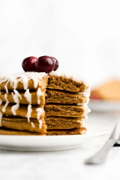 The BEST Healthy Gingerbread Pancakes – thick, fluffy & it literally tastes like you're eating gingerbread cookies for breakfast! YUM!! ♡ best fluffy gingerbread pancakes recipe. easy gingerbread pancakes with gluten free & whole wheat options. healthy holiday pancakes for Christmas morning breakfast.