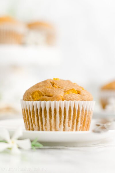 The ULTIMATE Healthy Peach Muffins – SO easy to make, SO moist & they practically taste like cupcakes! Even with no oil, refined flour or sugar! ♡ best easy peach muffins recipe. sugar free peach muffins with fresh or canned peaches. clean eating greek yogurt peach muffins.
