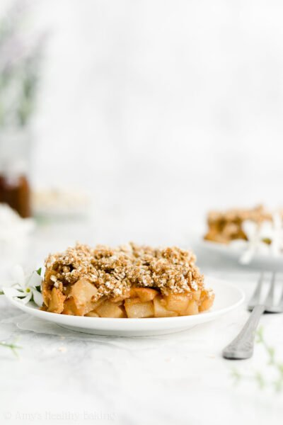 The ULTIMATE Healthy Apple Crisp – so easy & SO good!! Secretly healthy enough for breakfast too! Made with no eggs, dairy, refined flour or sugar & a full serving of fruit in every slice! ♡ best ever easy healthy apple crisp recipe. gluten free clean eating apple crisp. sugar free homemade vegan apple crisp.
